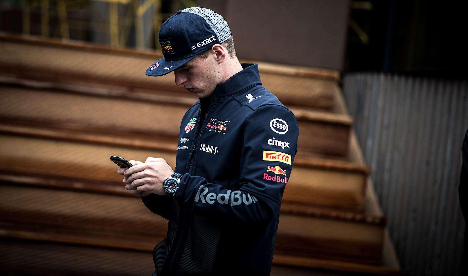 Max Verstappen, phone, F1 TV Pro, racingline.hu, racingline, racinglinehu